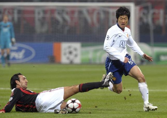 Milan-Manchester United: Nesta su Park Ji-Sung (Paolo Bona/Reuters)