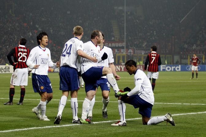 Milan-Manchester United: i compagni lustrano le scarpe a Rooney (Giampiero Sposito/Reuters)