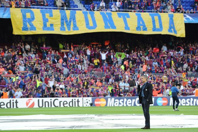 José Mourinho a testa alta davanti agli striscioni dei tifosi avversari  (Image)