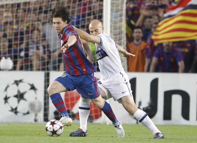 Inizia la grande sfida: contrasto tra Messi e Cambiasso (Ap)