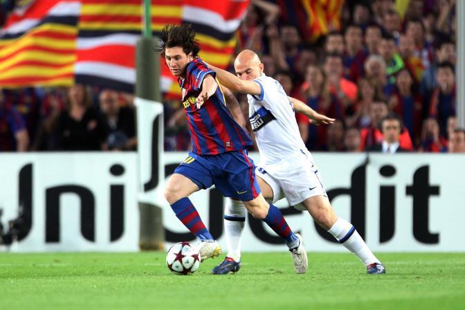 Messi sempre pressato da Cambiasso (LaPresse)