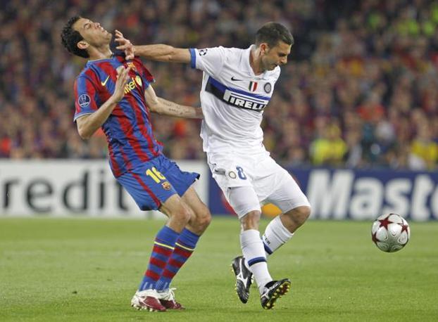 Thiago Motta colpisce Busquets al volto mentre difende il pallone (Ap)