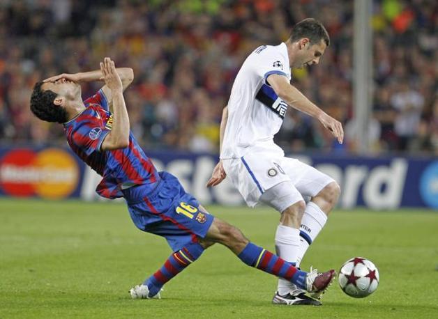 Il giocatore del Barça crolla a terra, accentuando il colpo (Ap)