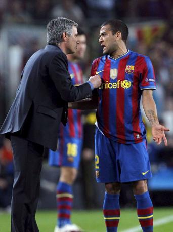 Discussione tra Mourinho e Dani Alves (Epa)