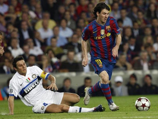 Messi sfugge a Zanetti (Reuters)