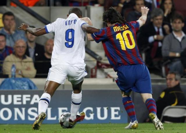 Contrasto tra Eto'o e Messi (Reuters)