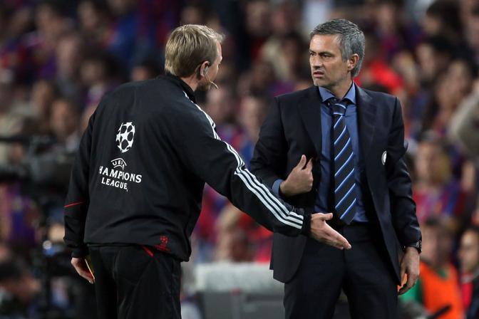 Battibecco tra Mourinho e il quarto uomo (Inside)