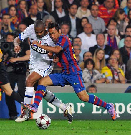 Il contrasto tra Pedro e Maicon (LaPresse)