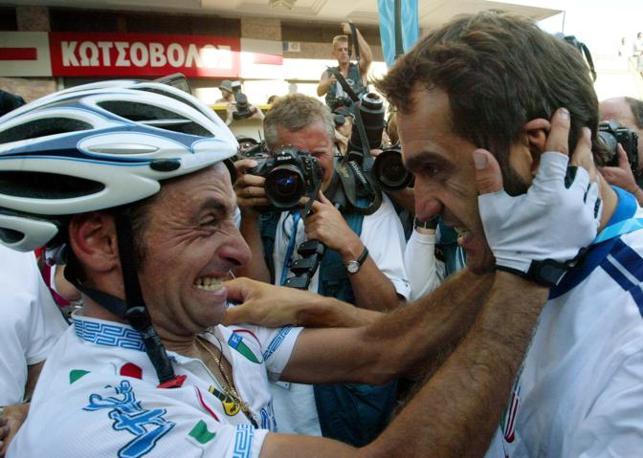 2004: la gioia con Paolo Bettini dopo l'oro olimpico ad Atene (Ap)