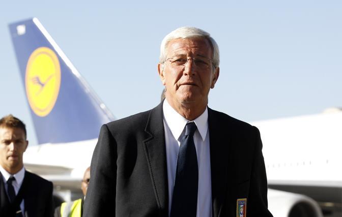 Marcello Lippi guida la pattuglia azzurra sbarcata all'aeroporto di Johannesburg: inizia l'avventura mondiale (Reuters)