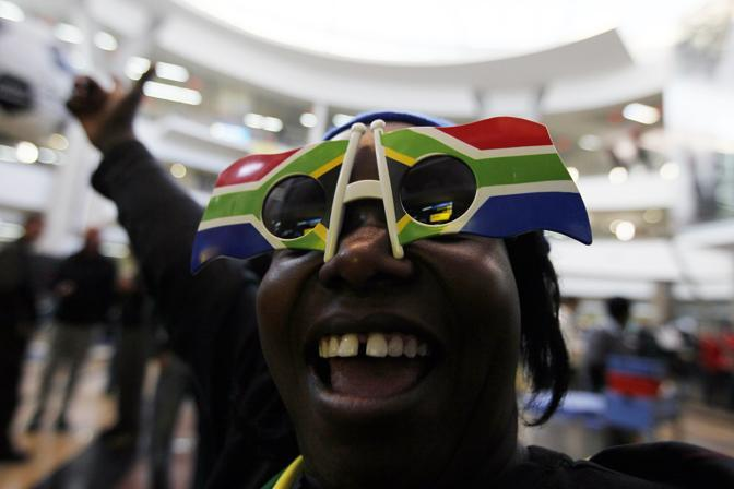 Un tifoso del Sudafrica all'aeroporto di Johannesburg (Ap)