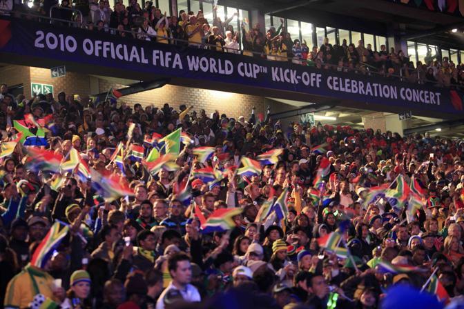 Il pubblico assiepato allo stadio Orlando  di Johannesburg attende l'inizio del concerto per l'apertura del Mondiale (Reuters)