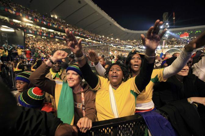 Pubblico allo stadio per il concerto (Ap)