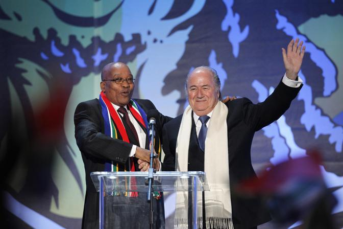 Sepp Blatter (a destra), presidende Fifa, e Jacob Zuma, presidente Sud Africa (Ap)