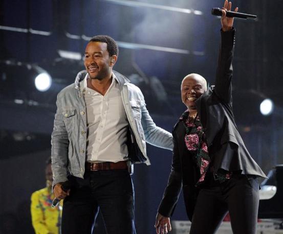 John Legend (a sinistra) e Angelique Kidjo (Epa)