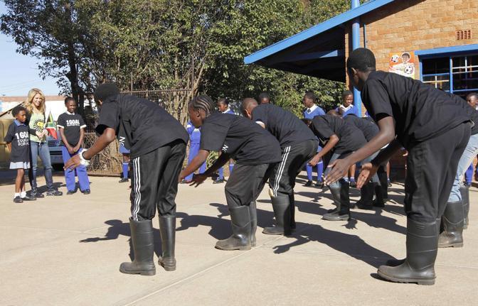 Studenti si esibiscono davanti a Shakira (Ap)