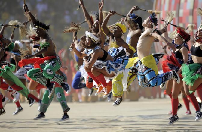 La musica e i colori dell'Africa alla suggestiva cerimonia di apertura del mondiale allo stadio di Johannesburg (Ap/Meissner)