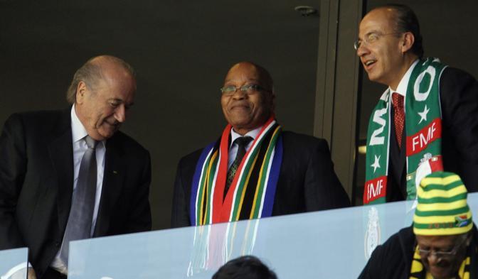 Da sinistra il presidente della Fifa, Sepp Blatter, il presidente del Sudafrica Jacob Zuma e quello del Messico Felipe Calderon (Ap/Dunham)
