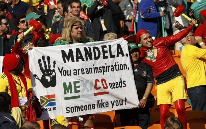 Un saluto a Mandela, che ha partecipato alla cerimonia di apertura per il lutto a causa della morte la sera prima di una pronipote (Reuters/Charisius)