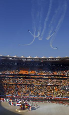 La pattuglia acrobatica sudafricana sorvola lo stadio di Johannesburg (Reuters/Gray)
