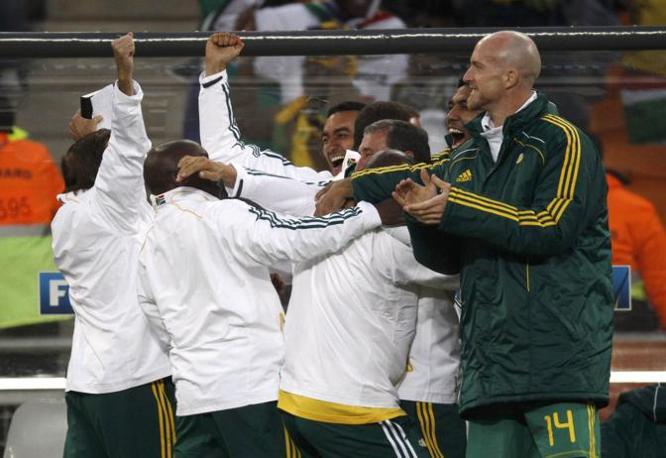 Si fa festa anche sulla panchina sudafricana (Reuters/Christian Charisius)