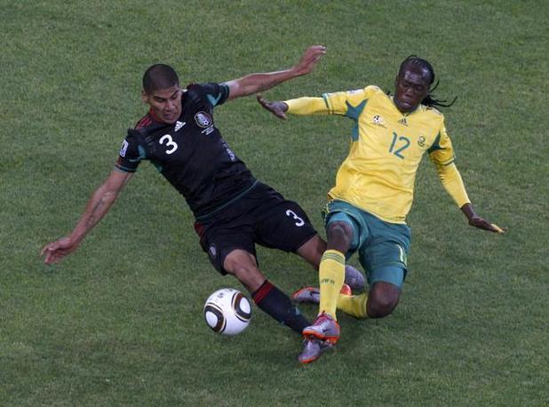 Contrasto tra Carlos Salcido e Reneilwe Letsholonyane (Reuters/David Gray)