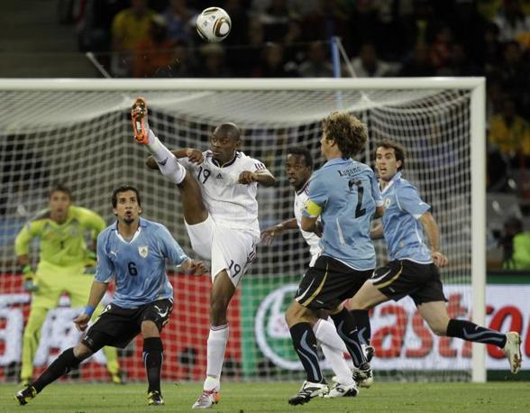 Anche Francia-Uruguay, seconda partita della prima giornata, finisce con un pari ma senza gol. Un'azione del francese Abou Diaby (Ap/Julie Jacobson)