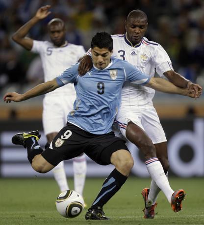 Il francese Eric Abidal contrasta l'uruguaiano Luis Suarez (Ap/Julie Jacobson)