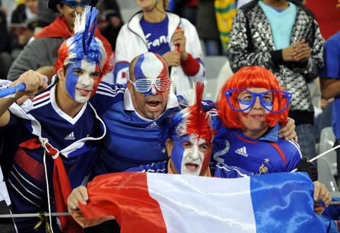 Tifosi francesi al Green Point Stadium di Città del Capo (Epa/Franck Robichon)