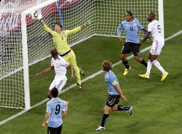 Il portiere uruguaiano Fernando Muslera para un tiro dei Bleus (Reuters/Oleg Popov)