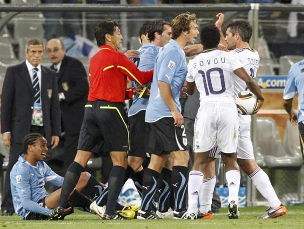 Un momento di tensione tra le due squadre dopo un fallo del francese Toulalan (Reuters/Mike Hutchings)