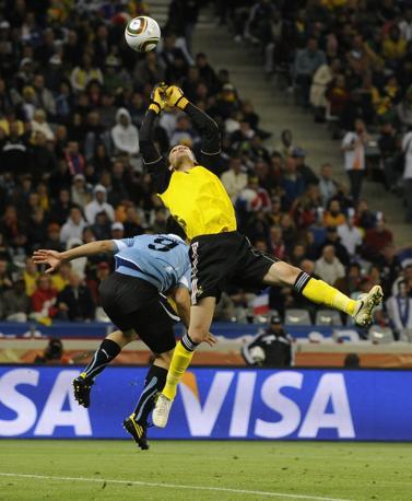Il portiere dei Bleus Hugo Lloris precede Luis Suarez (Epa/Helmut Fohringer)
