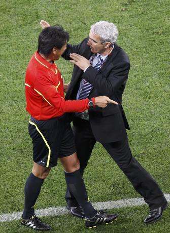 Domenech discute con l'arbitro (Reuters/Oleg Popov)