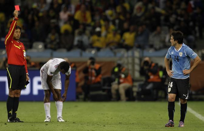 L'espulsione dell'uruguaiano Nicolas Lodeiro a 7 minuti dalla fine del match (Ap/Roberto Candia)
