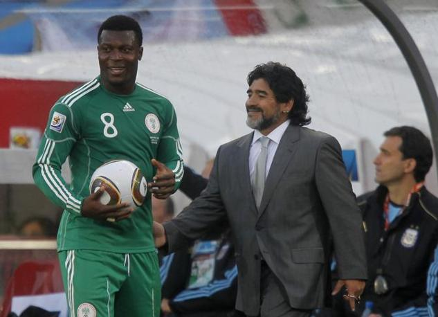 Con Yakubu Aiyegbeni durante una rimessa (Reuters/Enrique Marcarian)