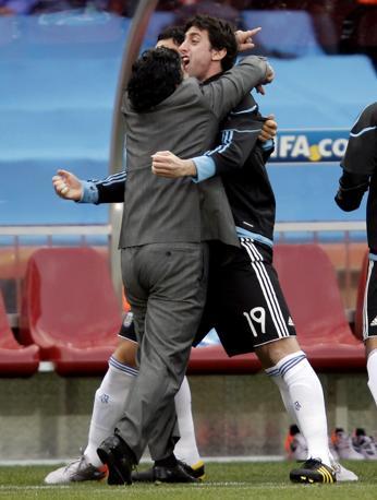 Abbraccio a Milito in panchina dopo il vantaggio di Heinze (Reuters/Adnan Abidi)