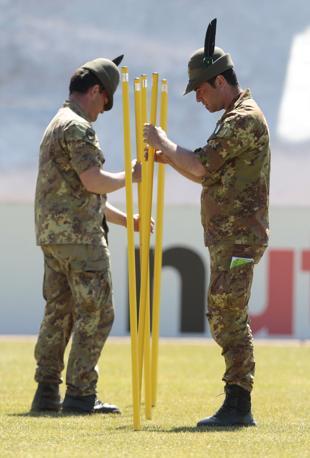 Due alpini preparano il percorso di allenamento degli azzurri (Ap)