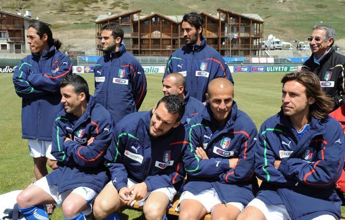 Gli azzurri in attesa degli scatti per la foto ufficiale (Afp)