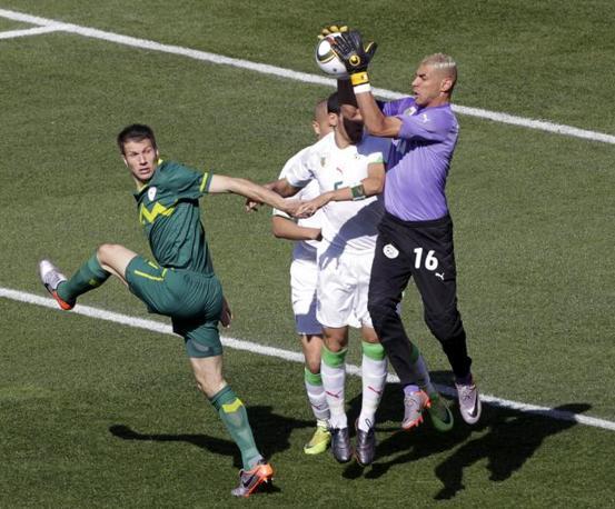 Slovenia-Algeria:  Le immagini del match: l'uscita del portiere algerino Chaouchi (Reuters)
