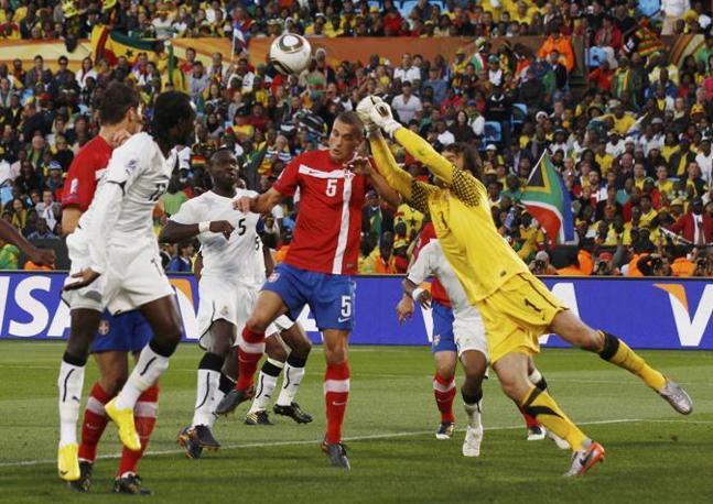 Ghana-Serbia: Le immagini del match: l'uscita del portiere serbo Stojkovic (Reuters)