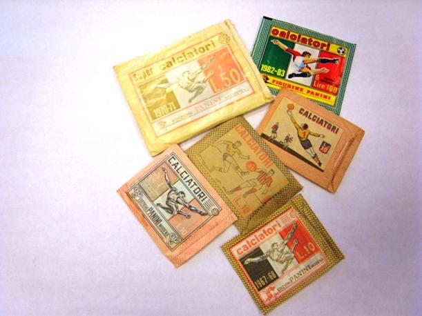 La bustina originale da 50 lire del 1970-71 e quella del 1982-1983 a 100 lire