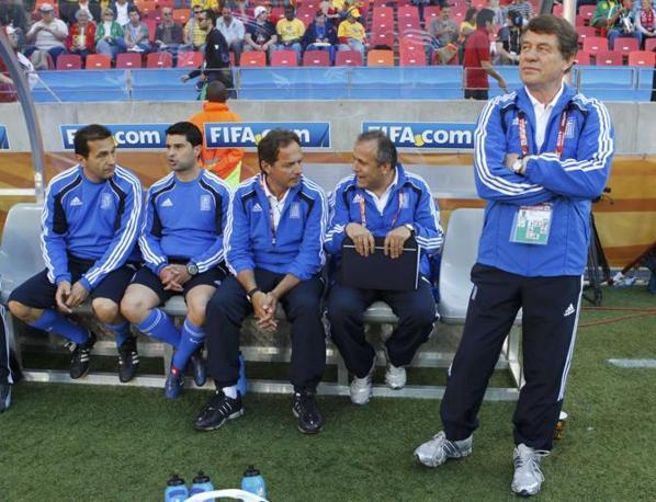 In tuta Otto Rehhagel, allenatore della nazionale greca (Reuters)