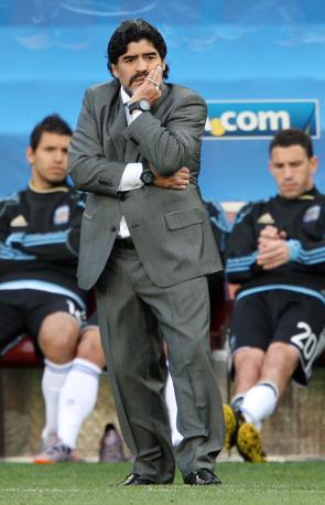Abito grigio chiaro, cravatta color perla e camicia bianca per Diego Armando Maradona, allenatore dell'Argentina (Olympia)