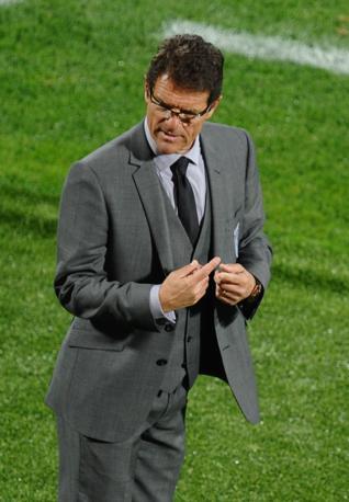 Abito grigio, gilet e cravatta scura per Fabio Capello, allenatore dell'Inghilterra (afp)