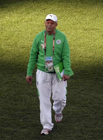 Tenuta sportiva anche per Rabah Saadane, alla guida della nazionale algerina (Ap)