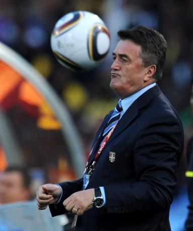 Abito scuro e cravatta regimental per l'allenatore della Serbia Radomir Antic (Epa)