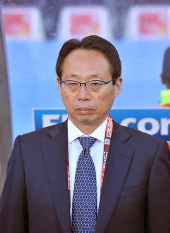 Abito e cravatta blu per Takeshi Okada, allenatore del Giappone (Epa)
