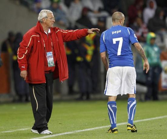 Forse costretto dal freddo e dalla pioggia trovati dall'Italia a Città del Capo, il ct azzurro Marcello Lippi ha seguito Italia-Paraguay in tuta e giaccone (Reuters)