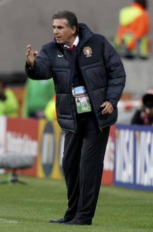 Piumino scuro per il coach portoghese Carlos Queiroz (Reuters)