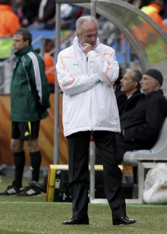 Giubbotto bianco per lo svedese Sven-Göran Eriksson,  allenatore della costa d'Avorio (Reuters)
